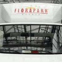 Frontalansicht des LKW mit Logo auf dem Dachspoiler über dem Fahrerhaus