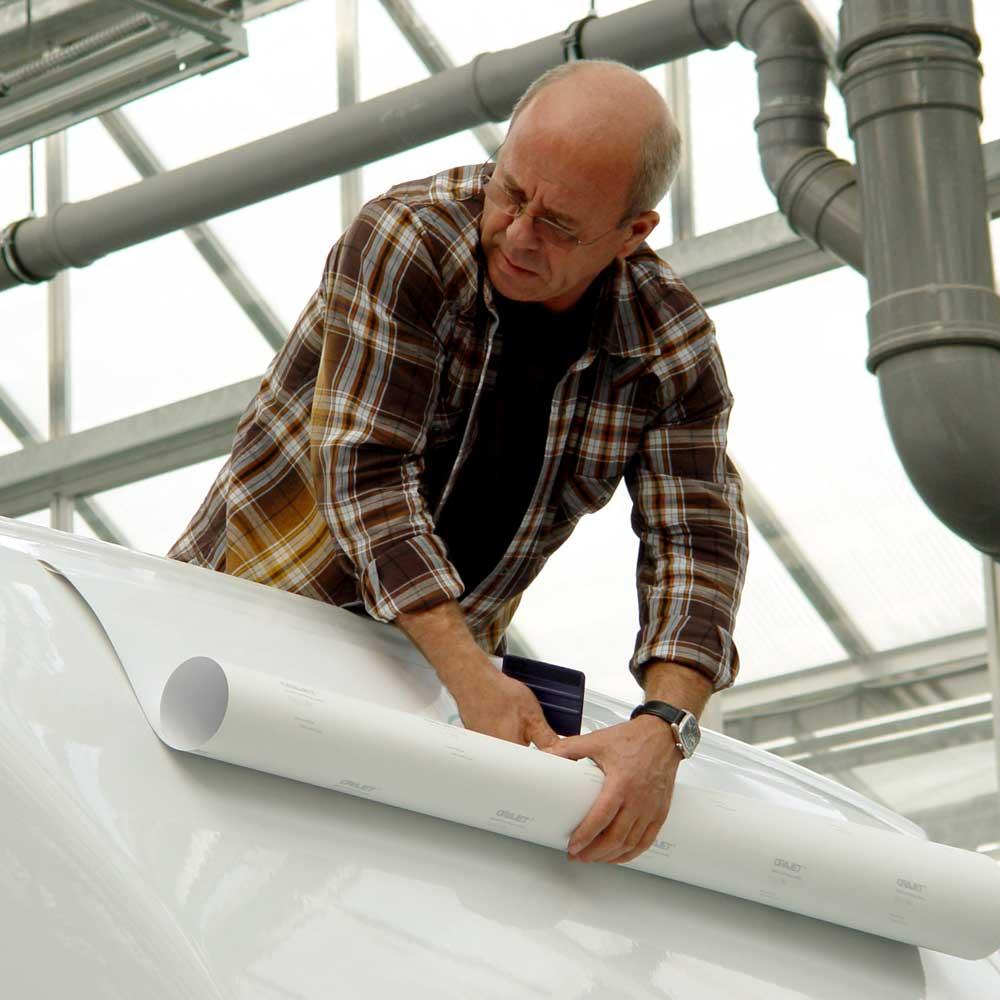 Montage des Logoplotts auf dem Dachspoiler über dem Fahrerhaus