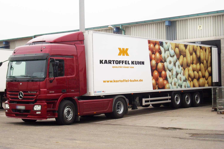 Seitliche Ansicht eines LKWs mit der Fahrzeugbeschriftung von AHA!print