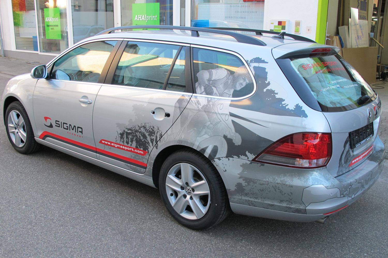Fahrerseite des Geschäftswagen mit geplottetem Logo und seitlicher Folierung