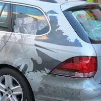 KFZ-Folierung um die Rücklichter und auf der lackierten Stoßstange des Geschäftswagens