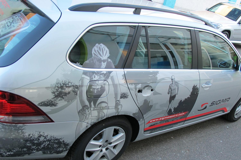 Beifahrerseite des Geschäftswagen mit seitlicher Folierung und Logo auf der Autotüre