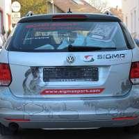 Heckansicht des Geschäftswagen mit geplottetem Logo, Texten und folierten Grafikelementen