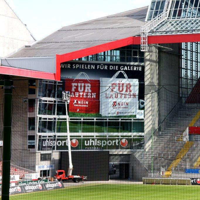 Schaufensterbeschriftung Glasfassade im Stadion
