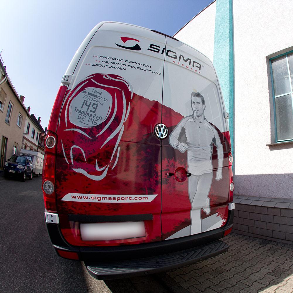 Heckansicht des VW Crafter Transporters mit vollflächiger Folierung