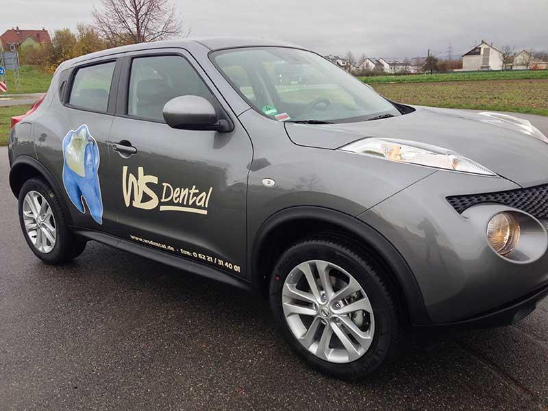 Beifahrerseite des Geschäftswagen mit geplottetem Logo und Digitaldruck