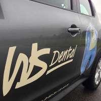 Fahrerseite des Geschäftswagen mit geplottetem Logo und Digitaldruck