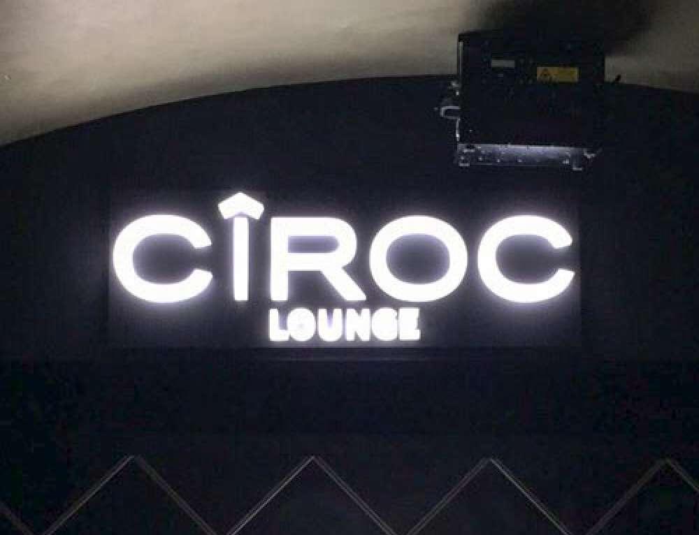 Logo-Leuchtreklame für Lounge in einer Bar