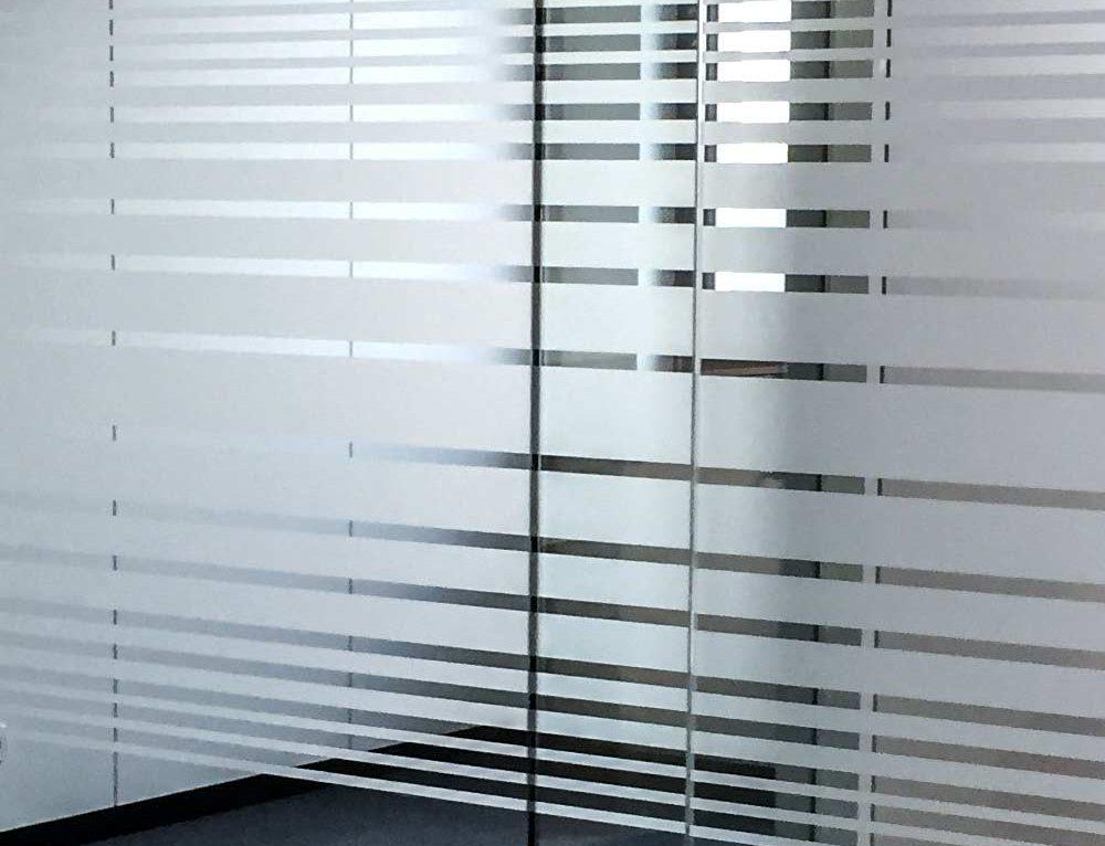 Glaswand-Sichtschutz mit Sandstrahlfolie