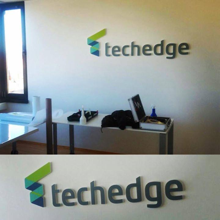 3D-Logo mit ausgefrästen Buchstaben