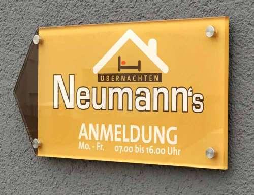 Firmenschilder für Pension Neumann's Übernachten