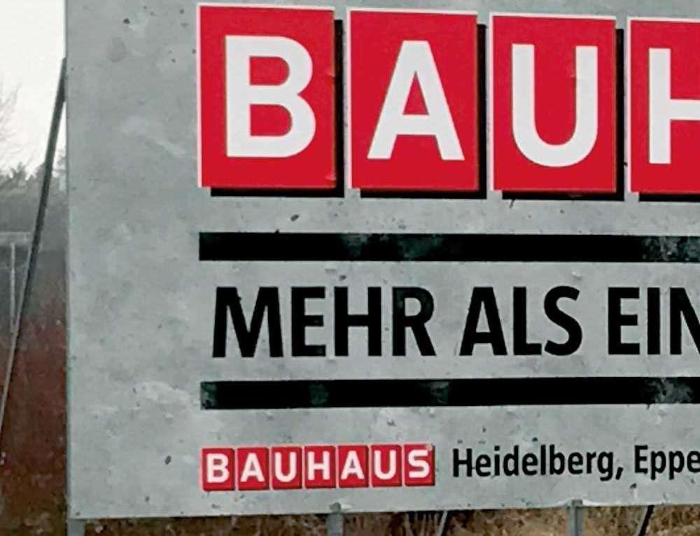 Werbetafel am Straßenrand für Bauhaus